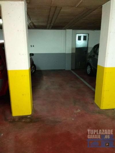 plaza amplia para moto,  con un único pasillo central, cómodo para maniobras.