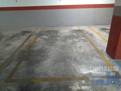 es una plaza de garaje muy amplia ya que entre plaza y plaza hay zonas imparciales para que al abrir