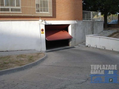 manoteras, entrada por cuevas de almanzora (semi-esquina a fondón). plaza de garaje para turismo gr