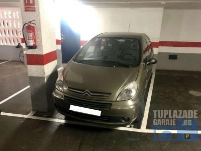 plaza de parking para coche mediano y moto fácil acceso  pasillo en uno de los laterales situada