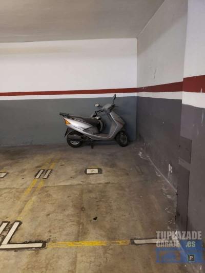 plaza de parking para moto. entrada portón eléctrico, rampa ancha, buena iluminación. la plaza es
