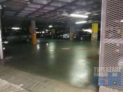 cómodo aparcamiento en planta baja, con vigilancia. sensor de matricula para entrada y salida. cabe