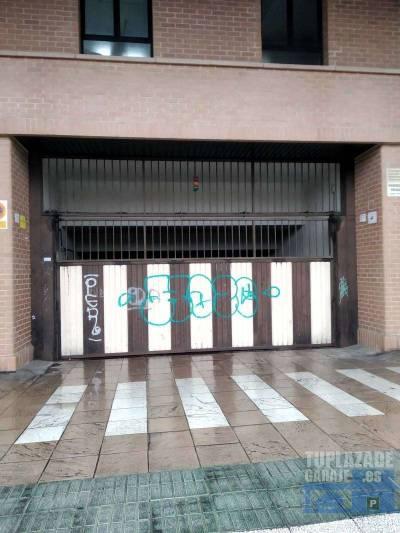 garaje de unos 13m2 con acceso por rampa automática con trastero de unos 6m2. tiene 8 accesos peato