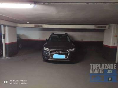 se vende plaza de garaje en pleno centro de madrid con fácil acceso para coche mediano-grande.